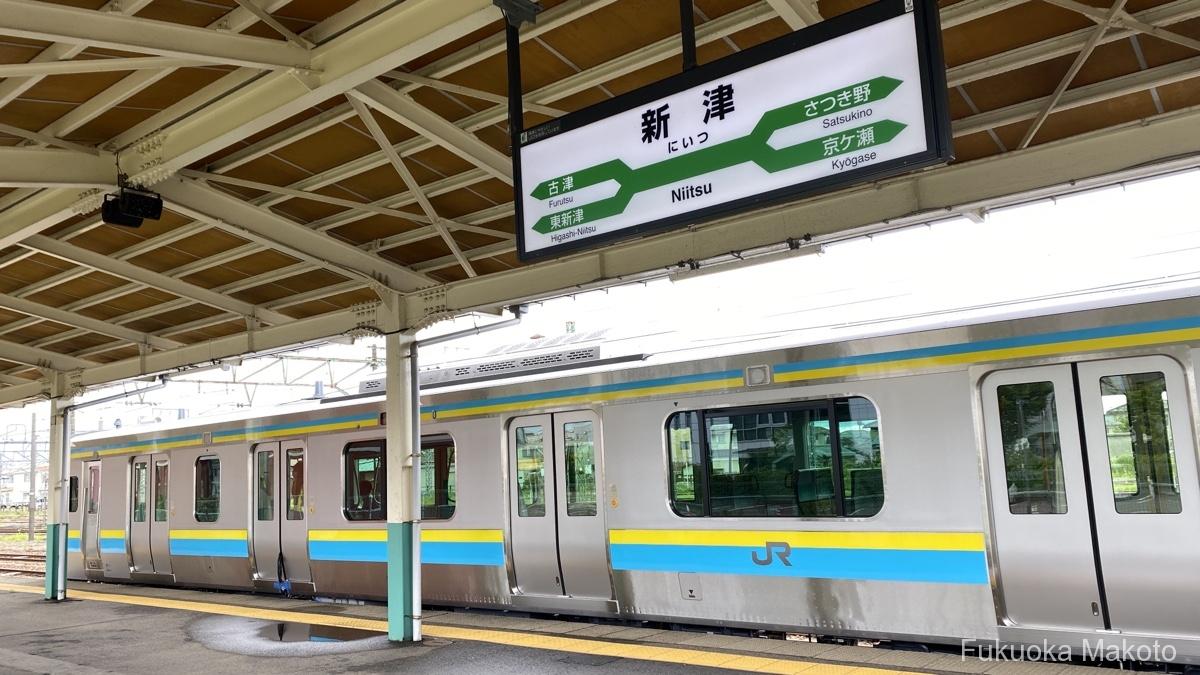 新津駅に停車するE131系